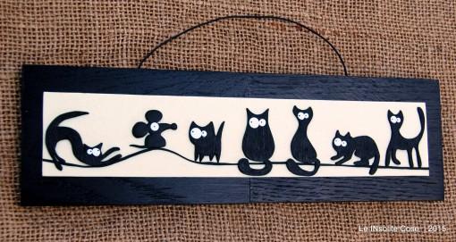 Tavolette con gatti neri stilizzati