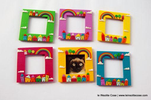 Cornici magnetiche portafoto con arcobaleno, alberi, nuvole e casine.
