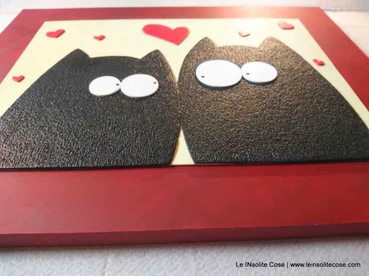 Tavoletta con gatti neri innamorati. Variante con cuori rossi e fondo vaniglia.