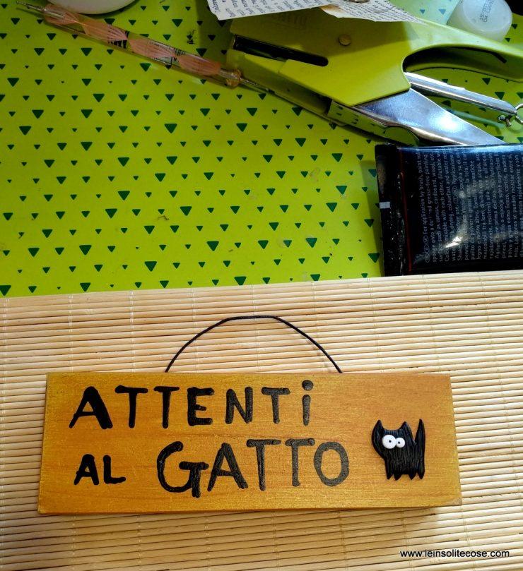 Tavolette attenti al gatto in legno con gatto nero in pasta polimerica